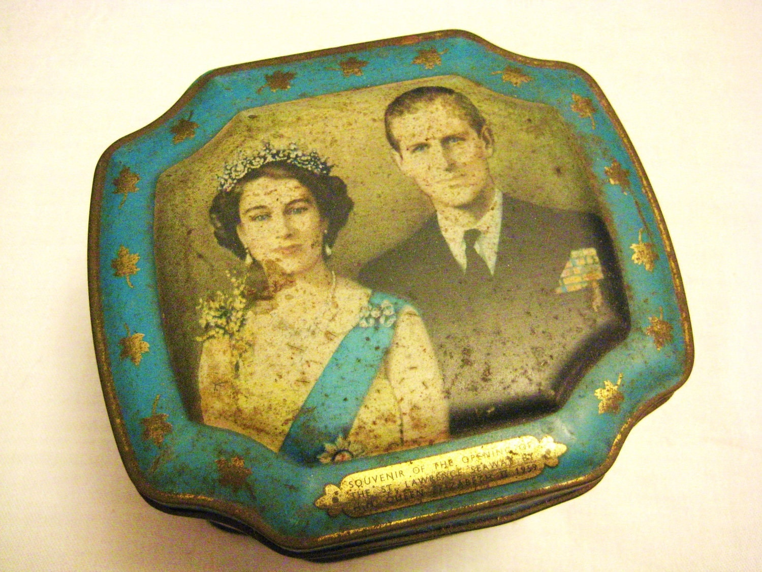 Antique Tin Souvenir with H.M. Queen Elizabeth II, 1959  by Barneche - Barneche