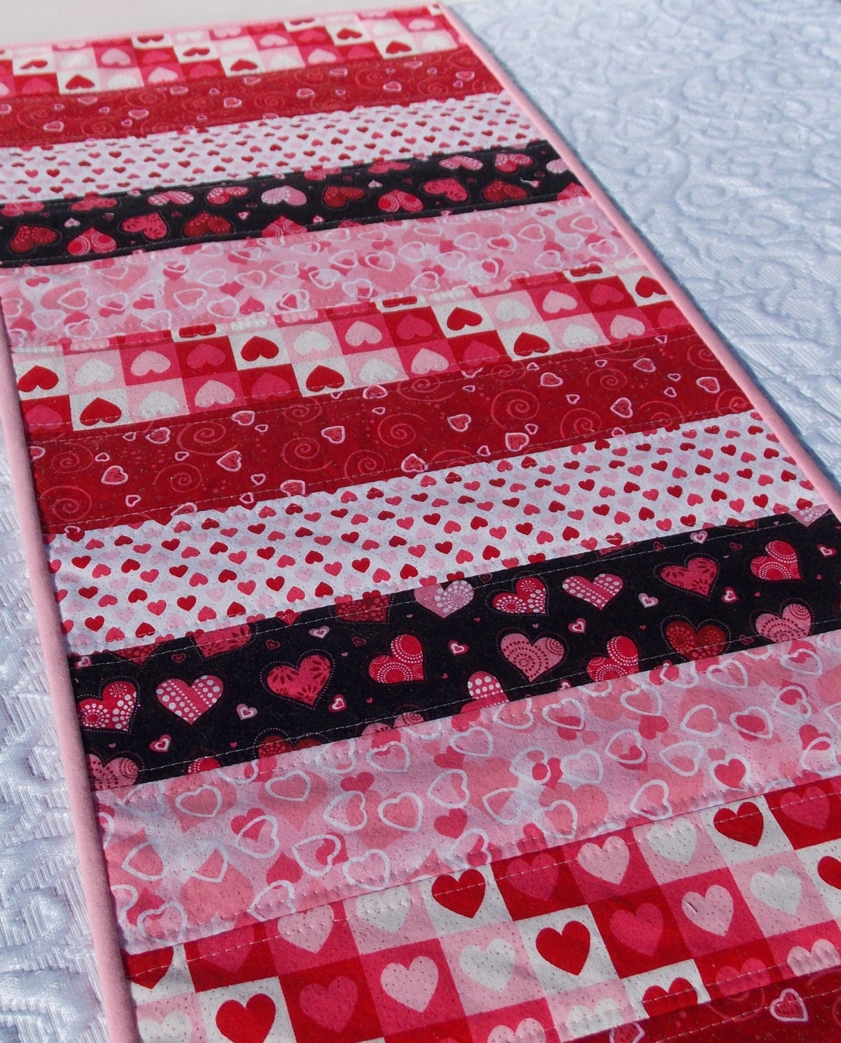 Valentine 39 s table runner quilt hearts pink red by keriquilts for Table 52 valentine s day