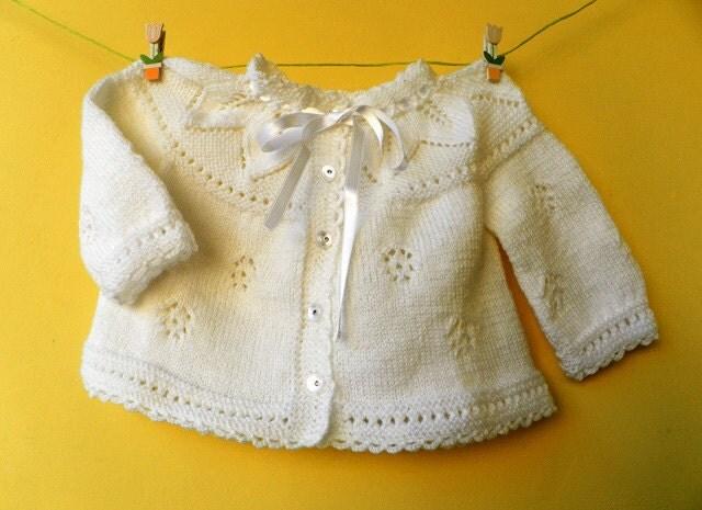 دست ژاکت کش باف پشمی کودک در رنگ سفید با یک بشقاب زیبا از برگ های کشباف
