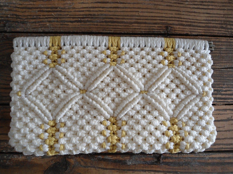 Сумочки - излюбленная тема в мире макраме. .  Они достаточно легко плетутся толстыми шнурами. .