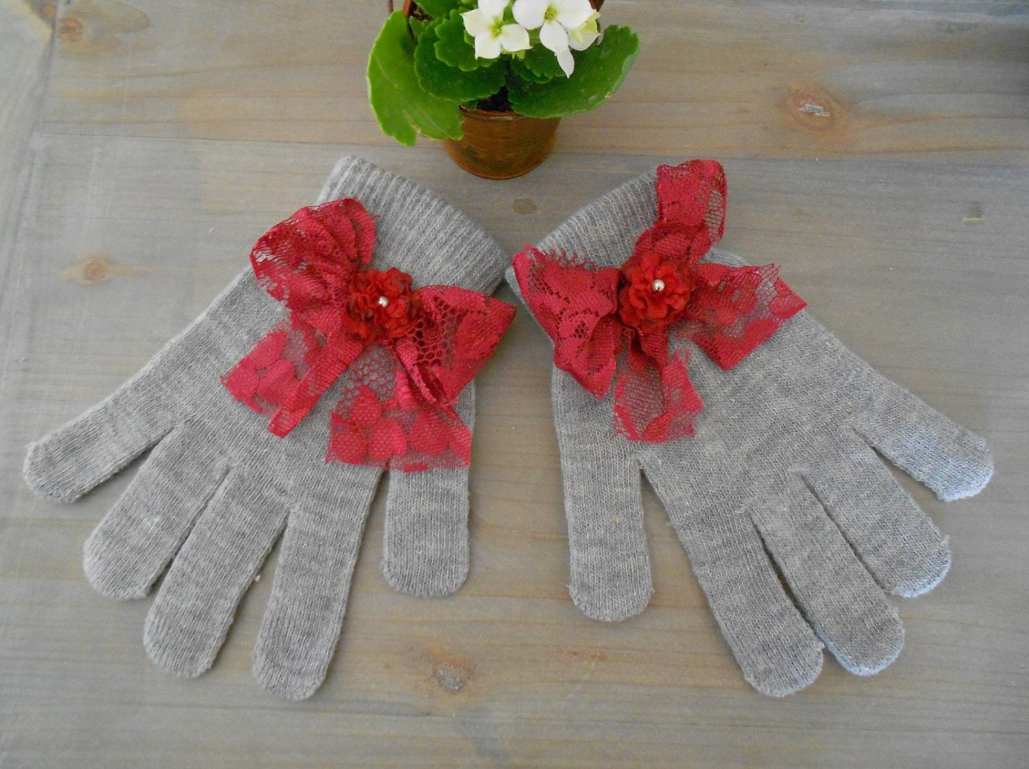 Gray Knit Child Gloves with Red Bow