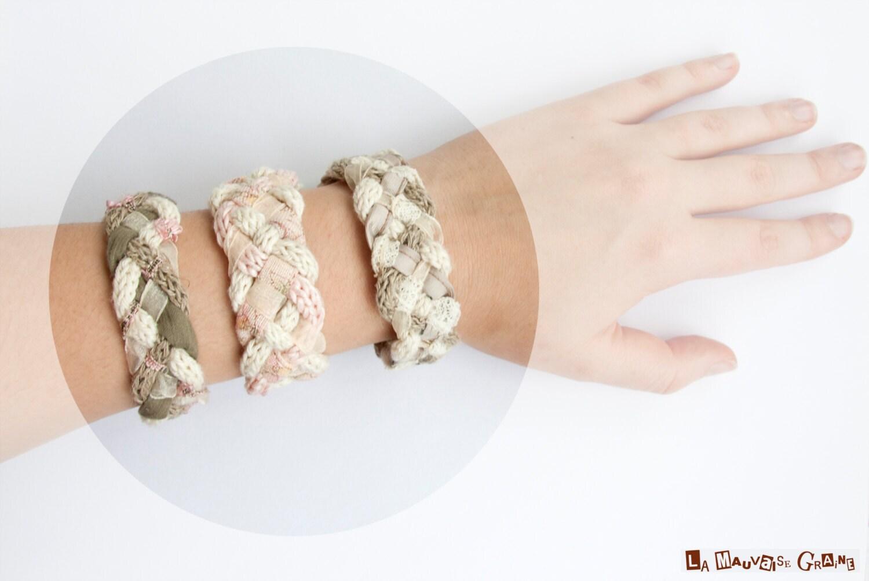 """Bracelet de coton, lin, dentelle, ruban et biais tressé avec bouton en bois - """"Shabby Chic"""""""