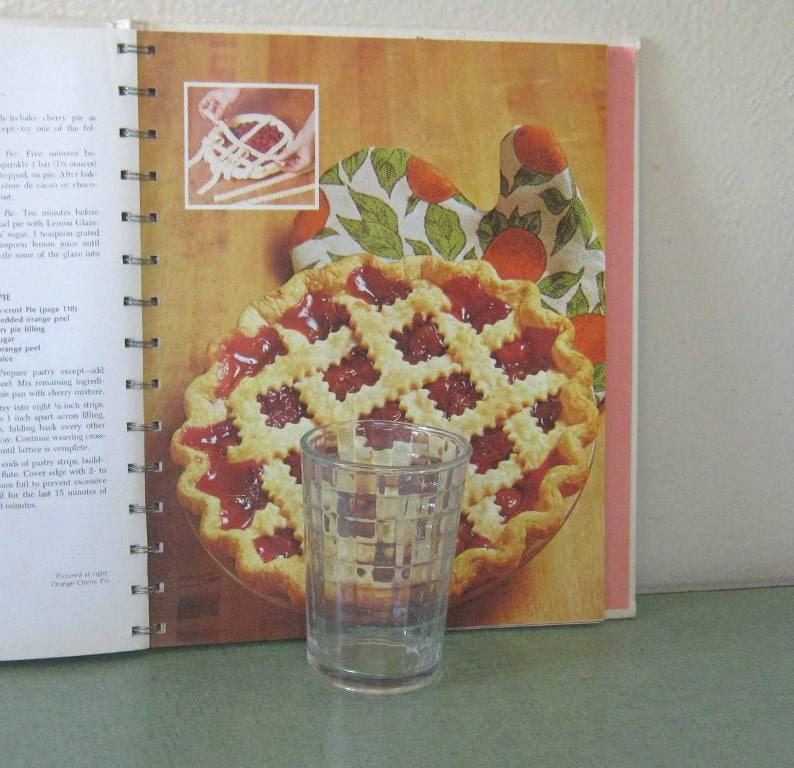 1970's Betty Crocker's Red Pie Cookbook 5 Ring Binder 1973 18th Printing