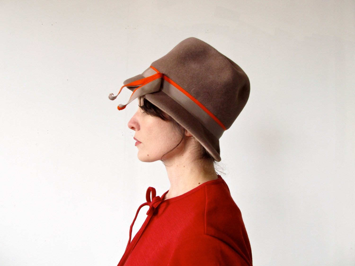 Vintage 40s Hat .  Hot Chocolate Brown Felted Wool Cloche Hat with Orange Ribbon - GinnyandHarriot