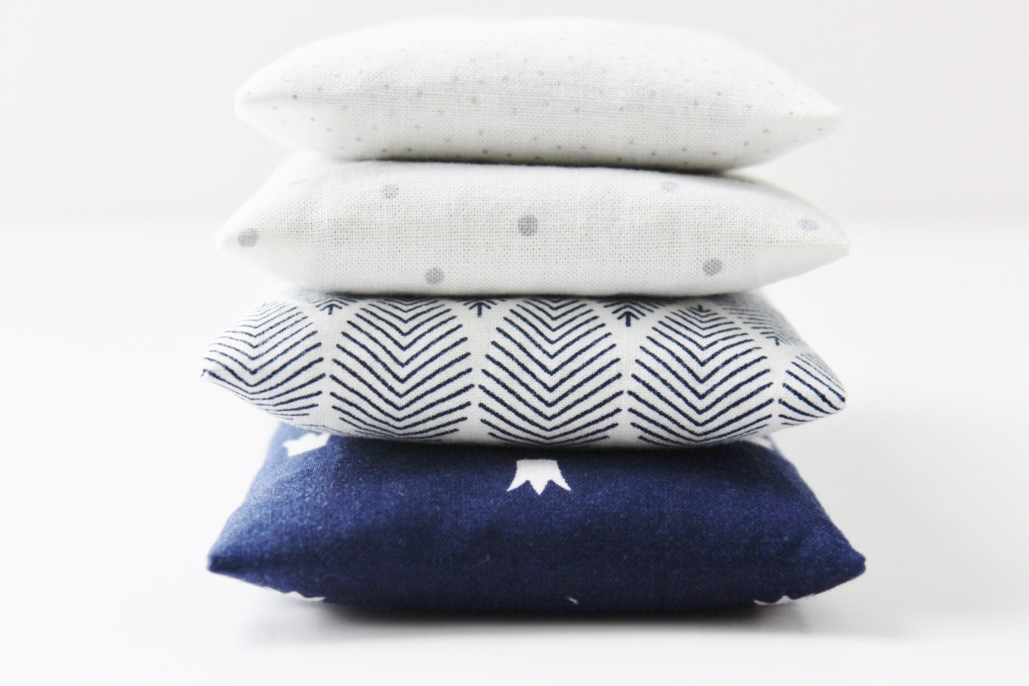 Set of 4 Modern Lavender Bags, Scented Drawer Sachets, White Grey & Navy - Gardenmis