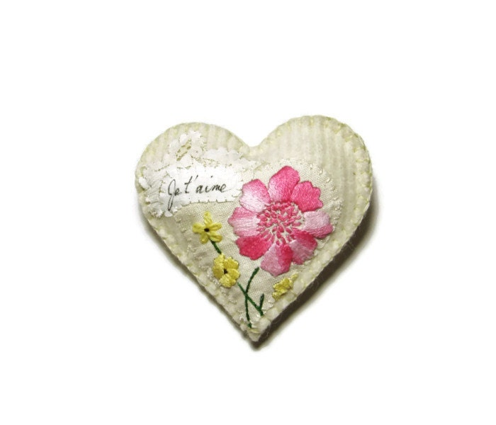 Heart ornament/Je t'aime vintage floral on white felted knit - HittyHatty