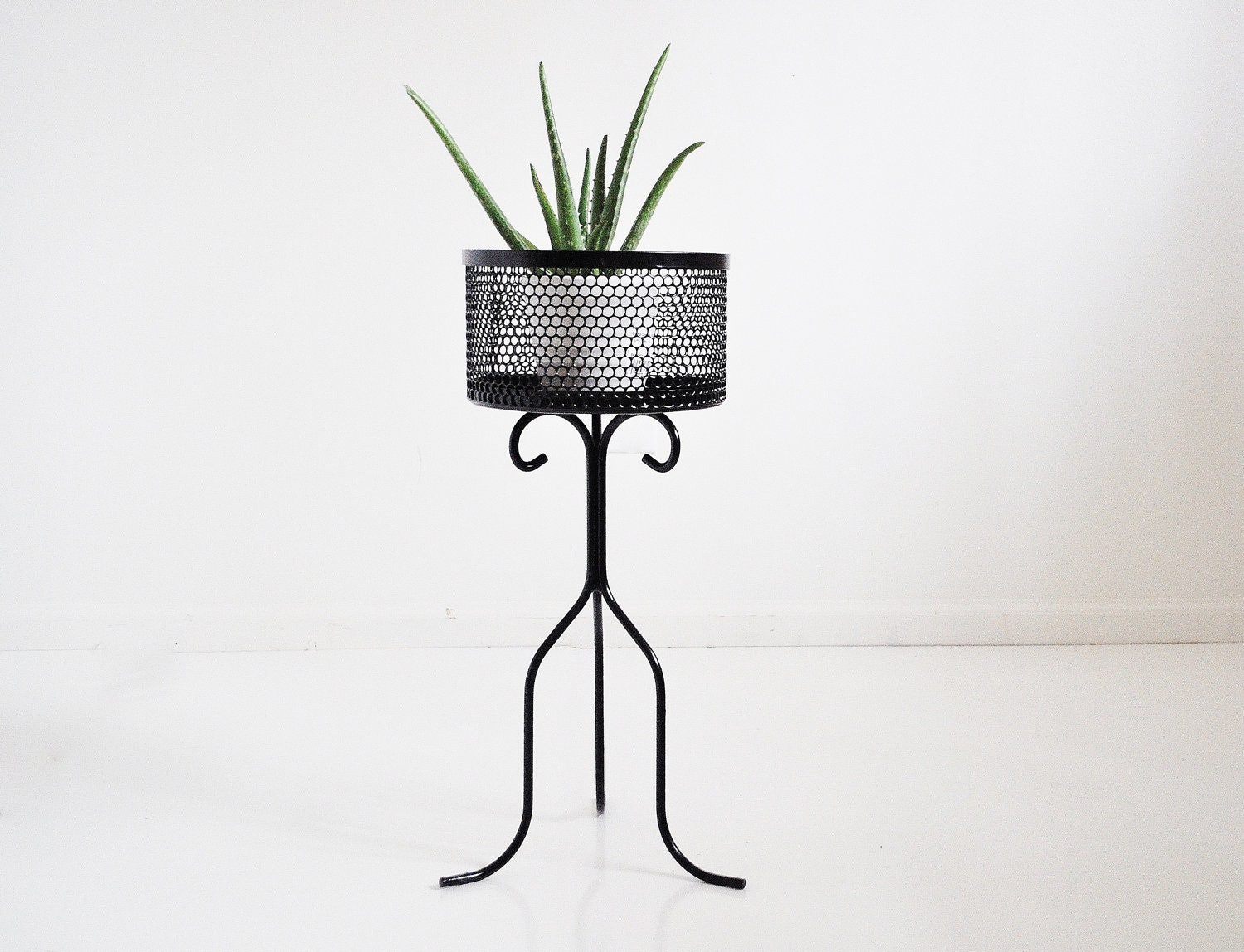 Mid-Century Plant Stand - thewhitepepper