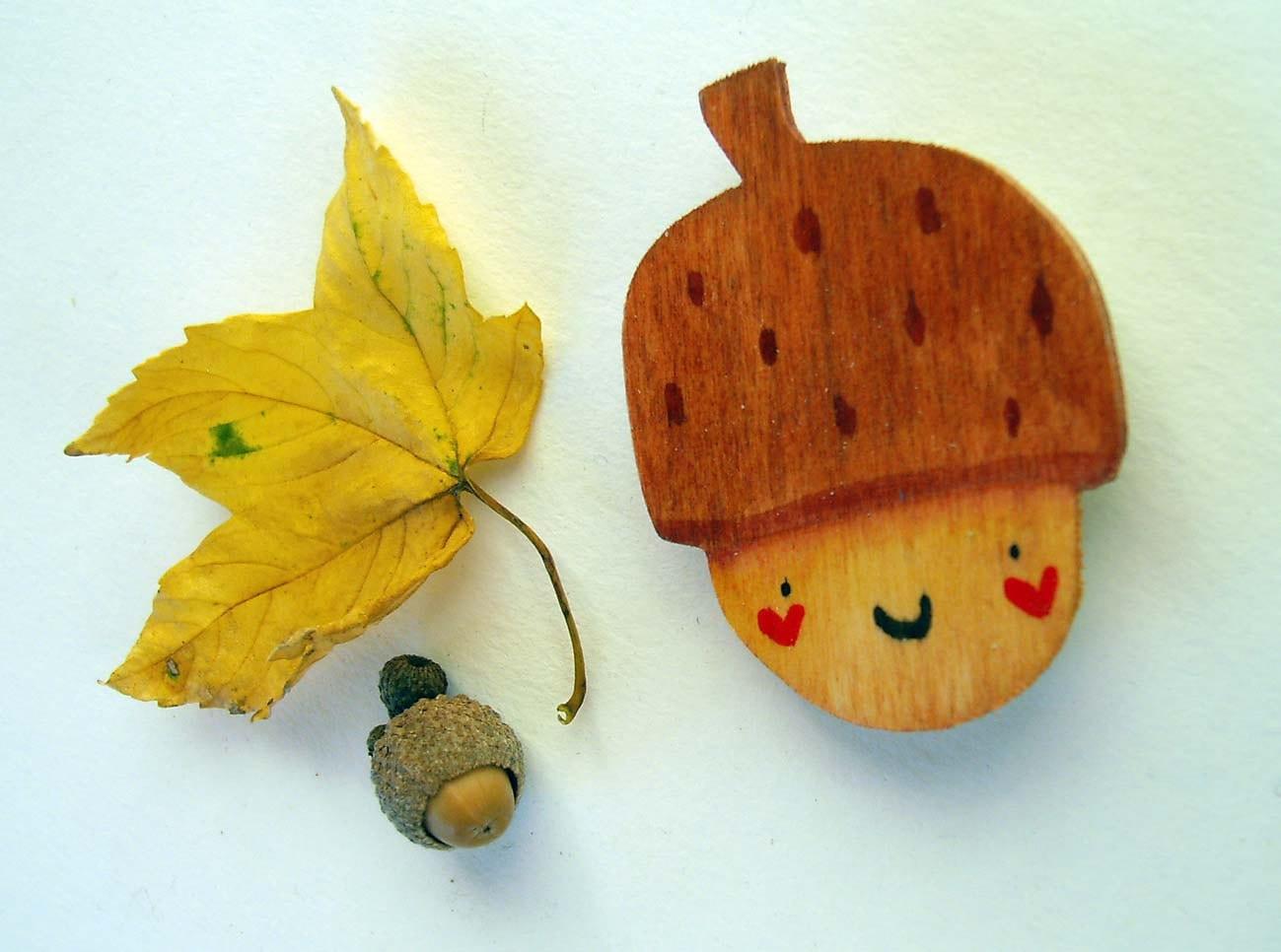 Happy acorn, wooden magnet for your fridge, hand made in Italy - violinoviola