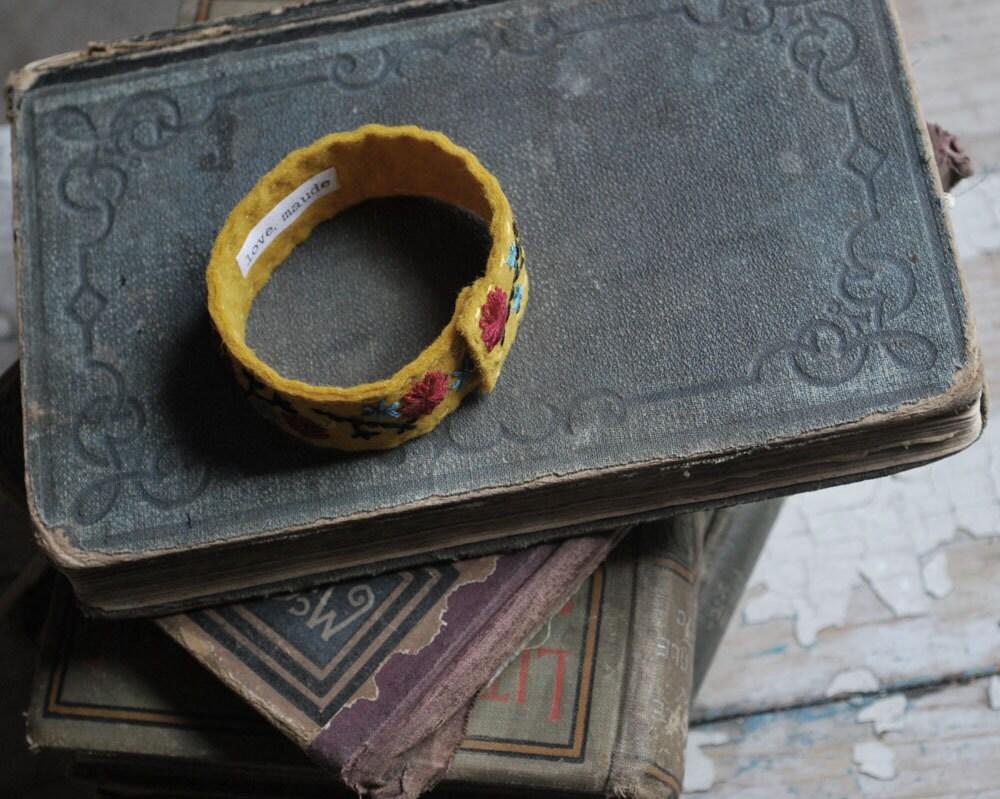 Войлок браслет манжеты рук Вышитые Горчица желтая шерсть войлок со Скарлет красный и бирюзовый Вышивка любовью Мод