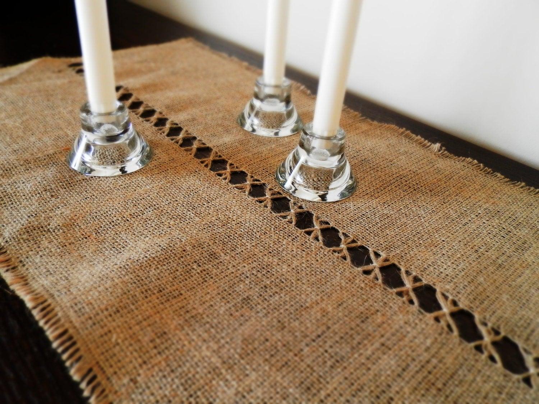 chemin de table toile de jute avec technique de par madeinburlap. Black Bedroom Furniture Sets. Home Design Ideas
