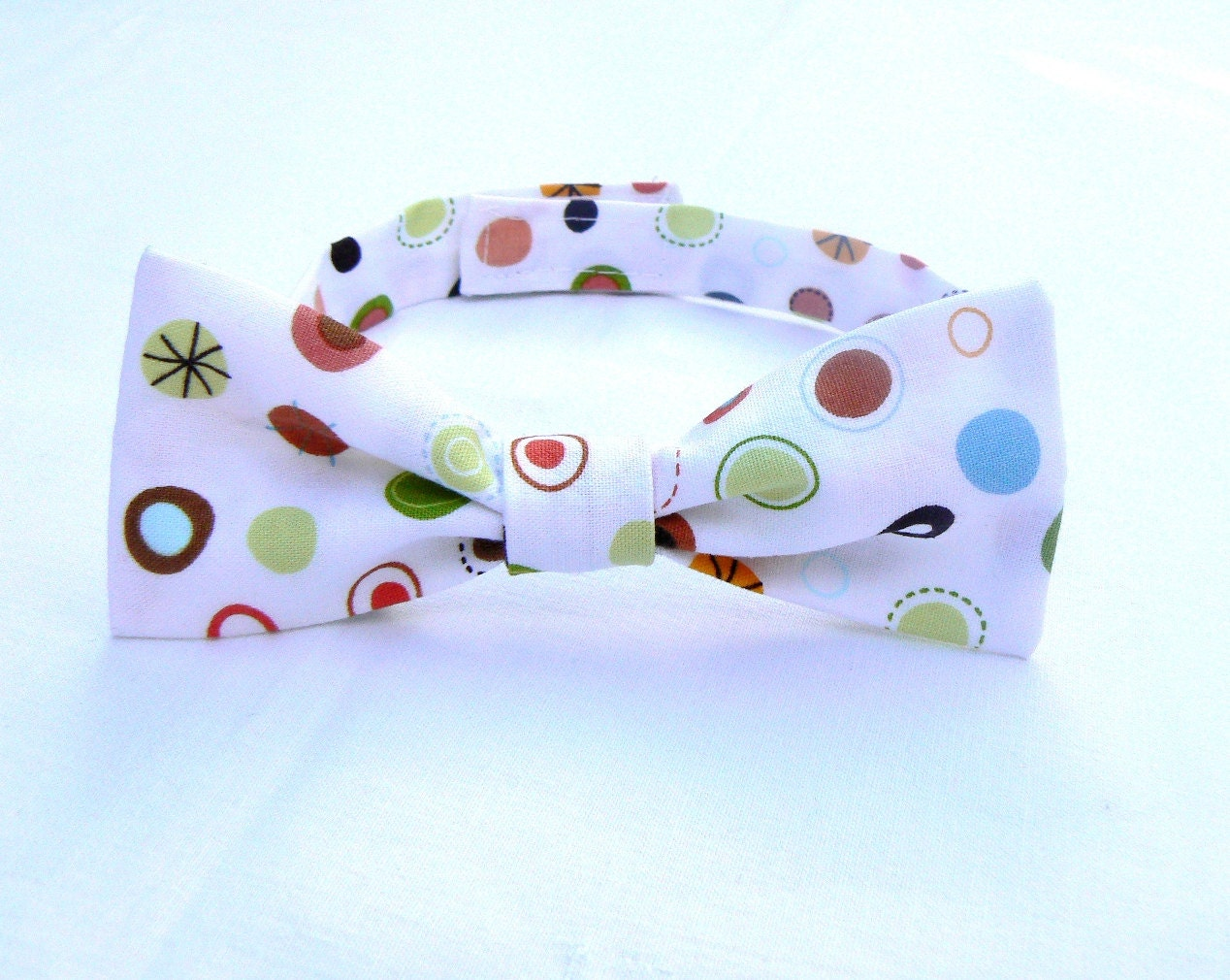 christmas gift, present,baby boy /toddler bow tie,white, dots, nursery, little boy bow tie, free shipping, ready to ship - LittleFrogShop