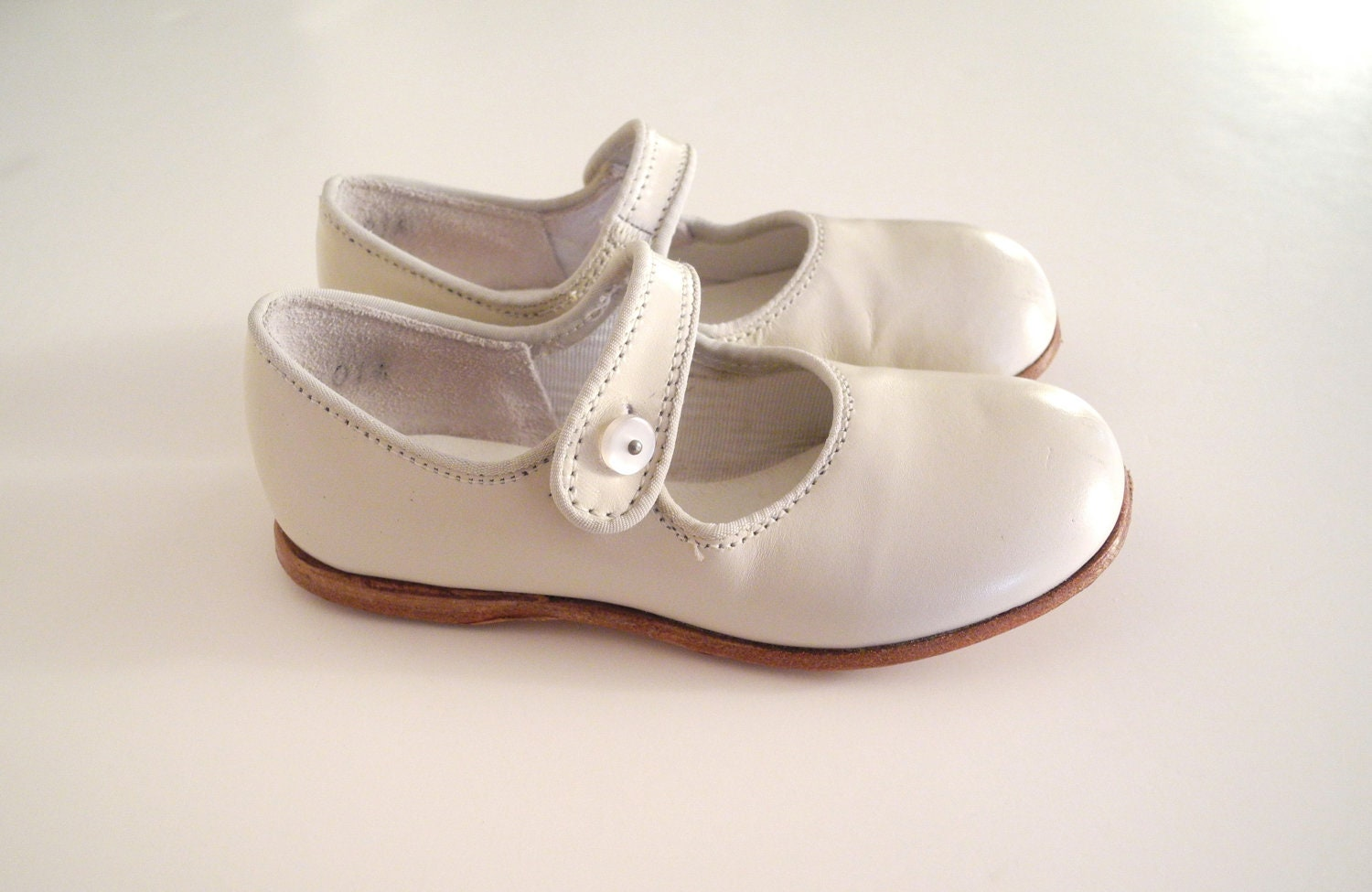 1970's Ivory Leather Mary Jane Button Shoes - BabyTweeds