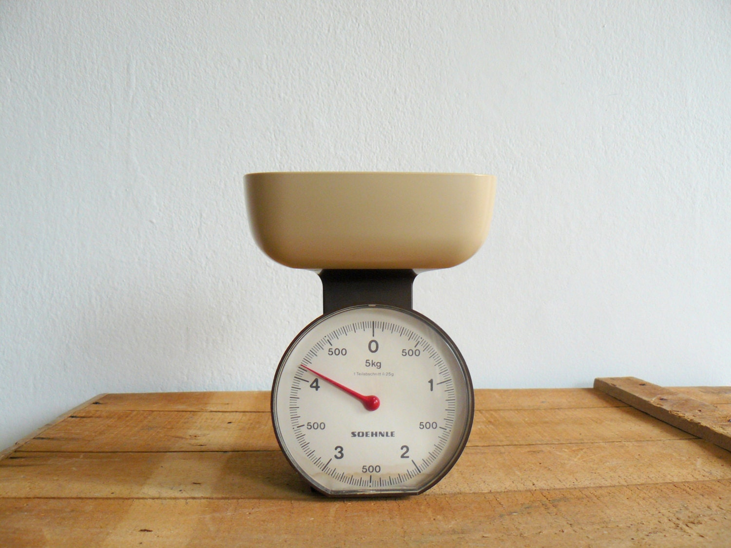 Vintage 1970s German kitchen scale. Brown and cream Soehnle scale. - BottegaVintageMaison