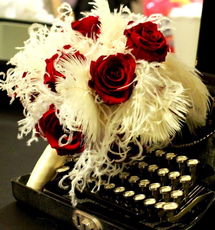 Скарлет ...  Красный Натуральная роза и Кот-Перо Букет