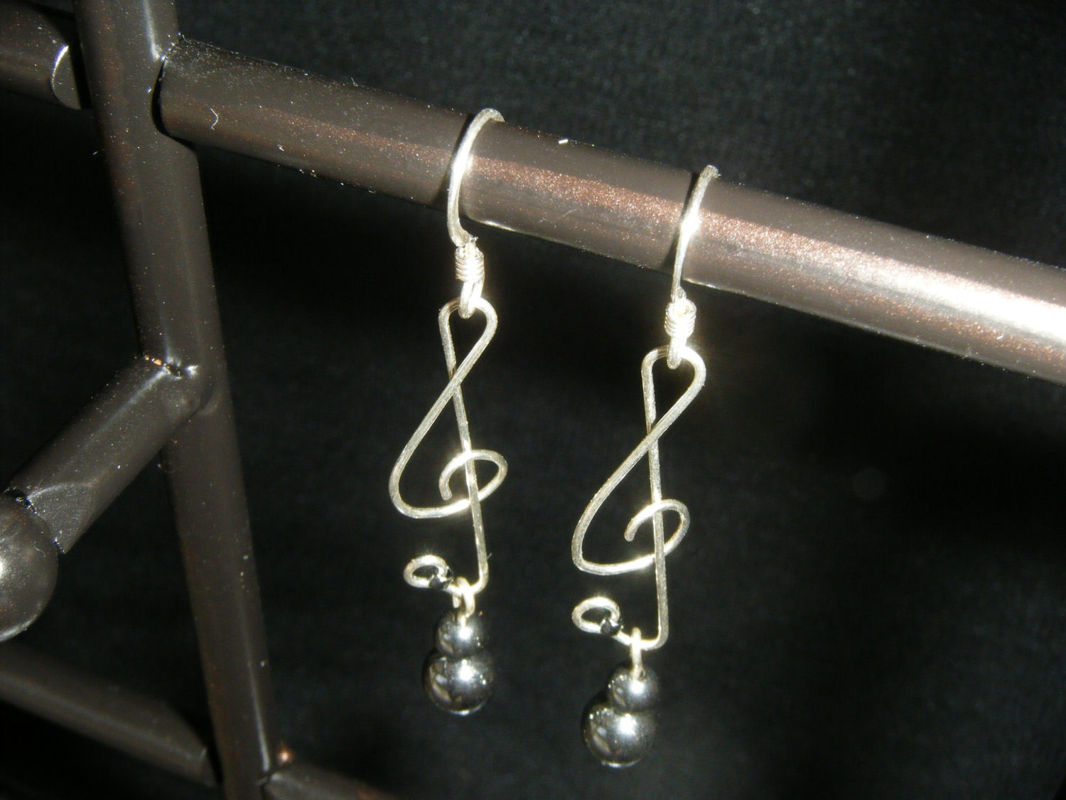 musically inspired treble clef SS earrings - hematite