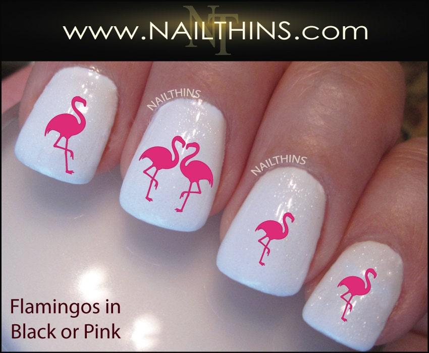 Розовый фламинго на ногтях