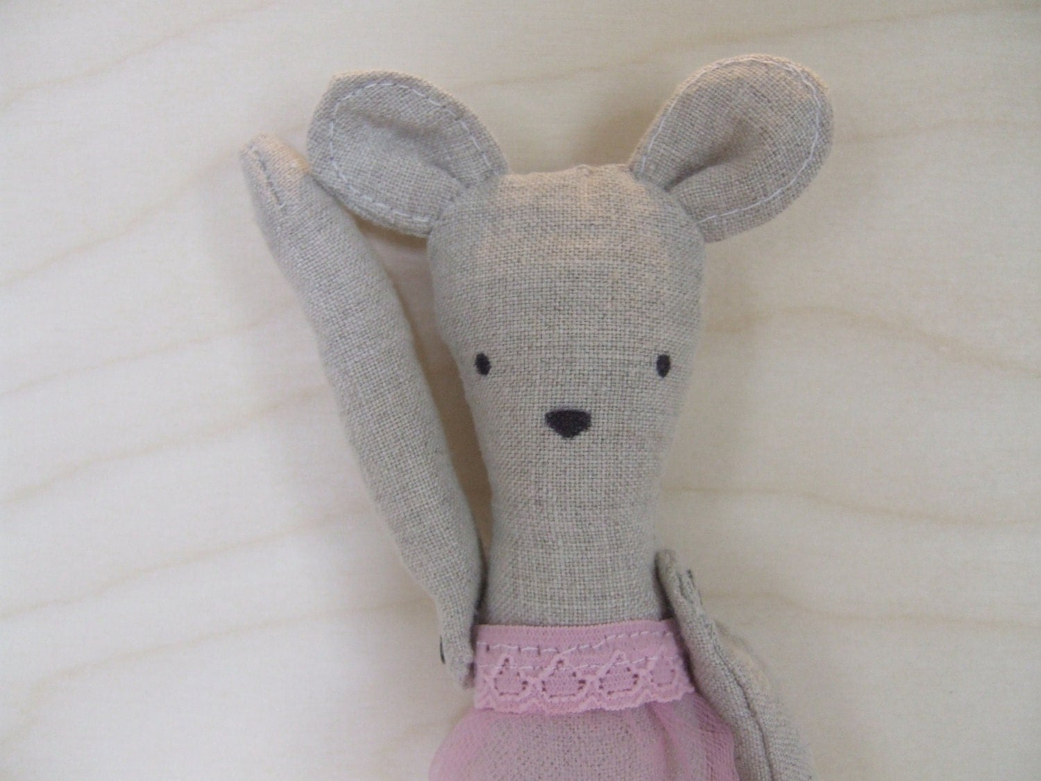 Penelope the linen mouse doll goes to sleep in her rose pink nightie. - mimiandlu
