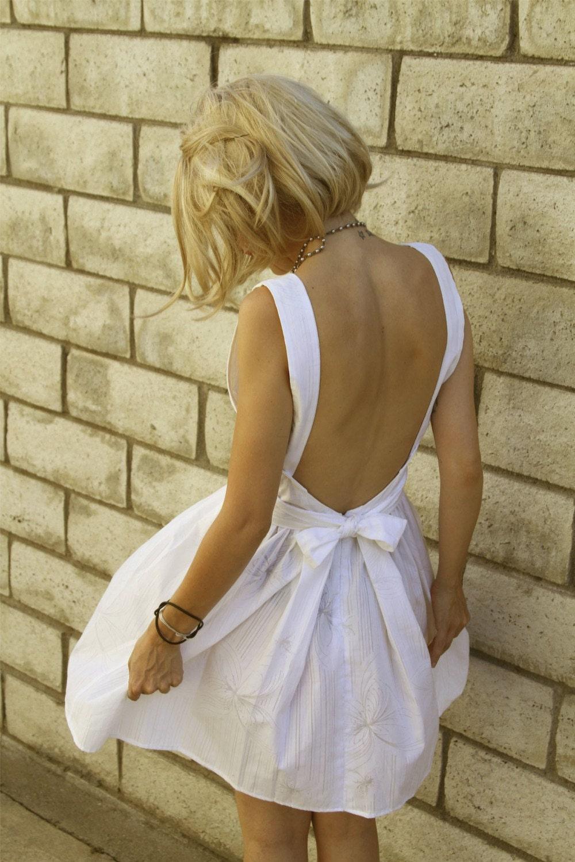 Фото в белом платье с обнаженной спиной 2 фотография