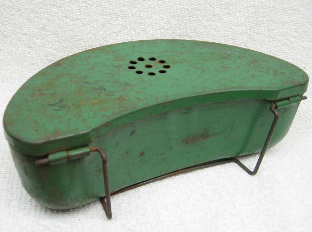 Clip on bait box metal fishing worm tin can by troutsjunkshop for Fishing worm box