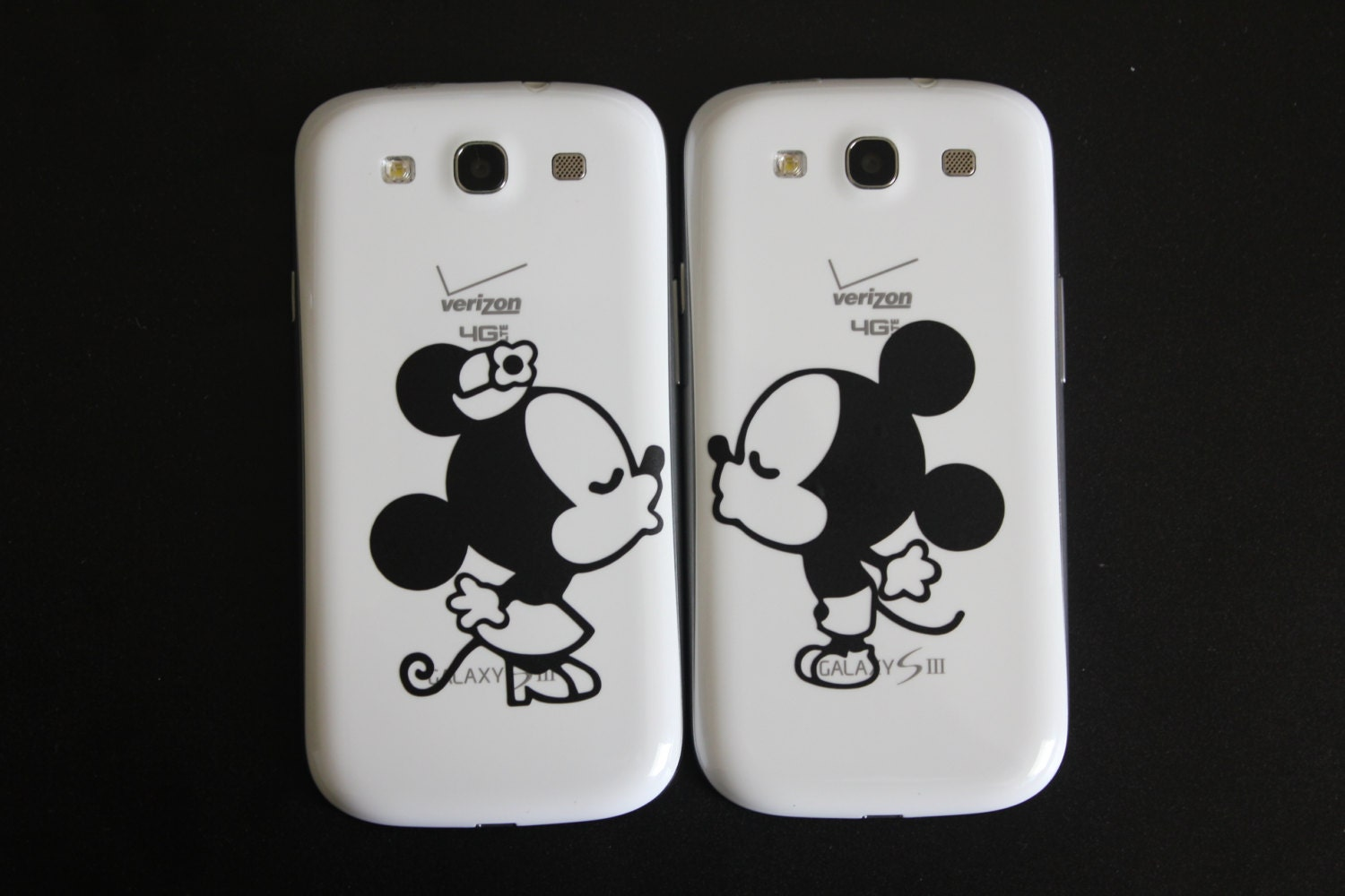 Mickey And Minnie Mouse Kissing Drawing Minnie mouse kissing Mickey Mouse Love Drawings
