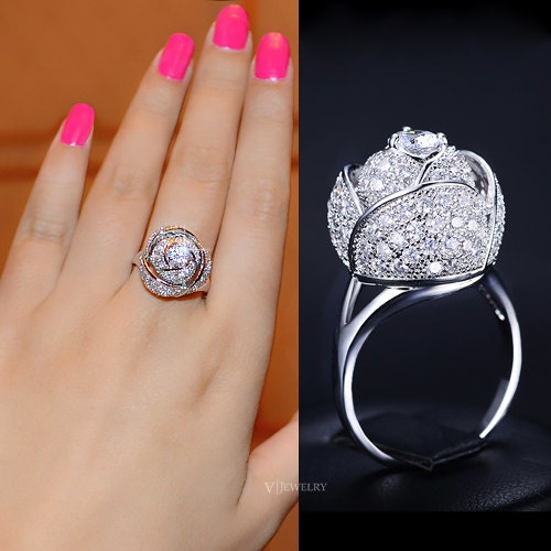 Кольцо в виде цветка с бриллиантом