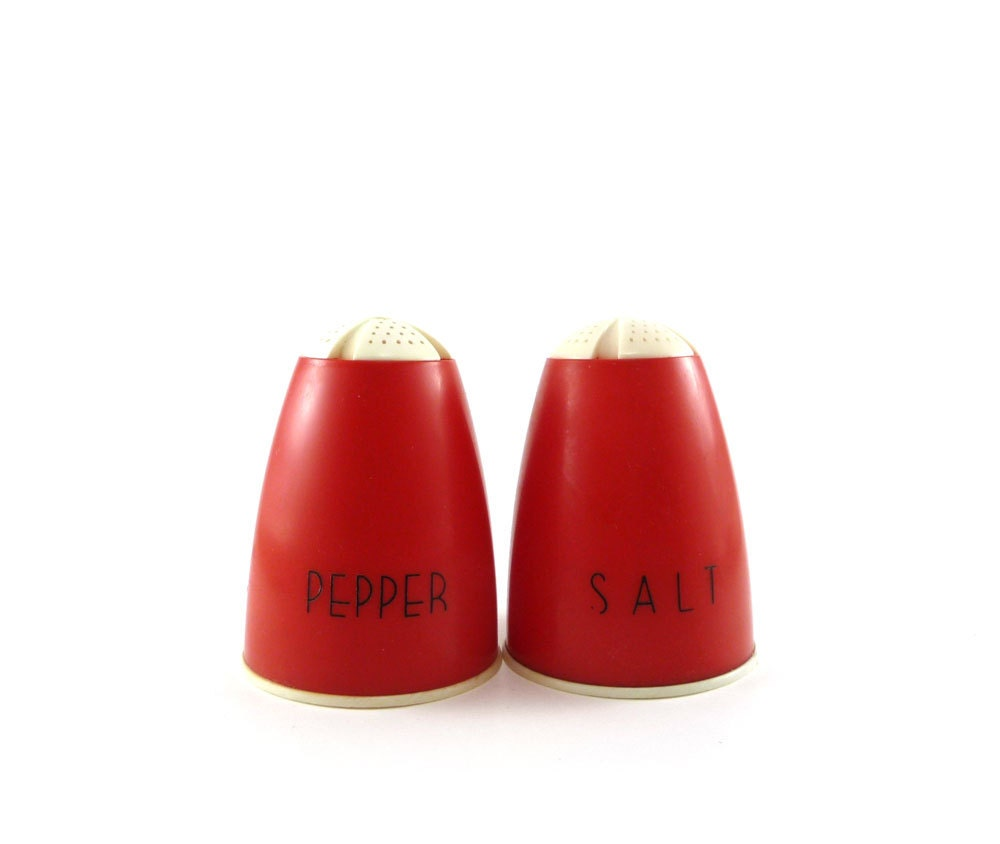 Mid century red & white salt pepper shakers by Plas-tex - reconstitutions