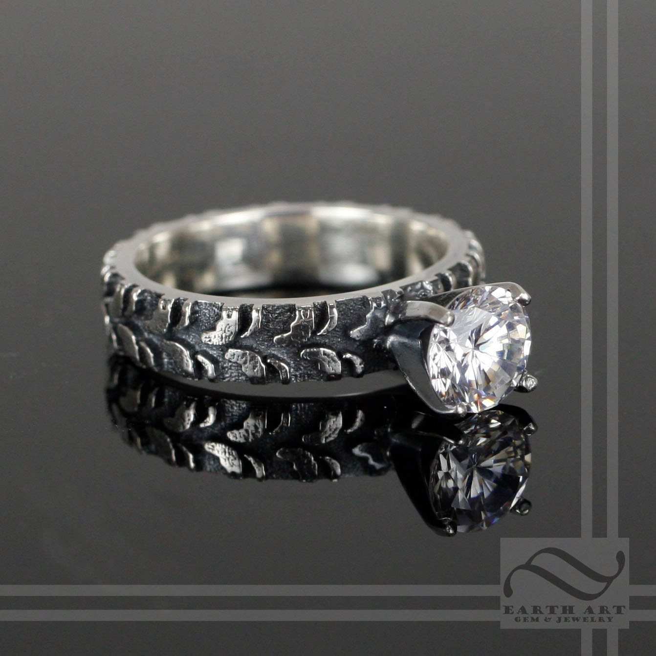LADIES NARROW TIRE TREAD RING WITH CZ
