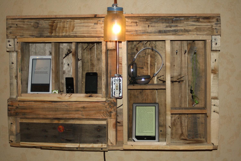 ipad, chimenea, rústico, colgado de la pared, estación de conexión electrónica con la lámpara.