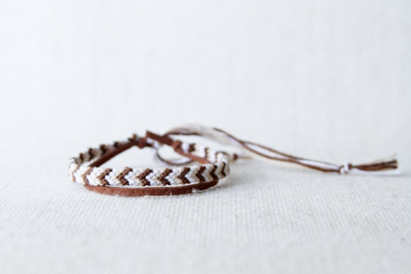 Ajustable Friendship Bracelet Chevron Ivory Brown and White - dnaranja