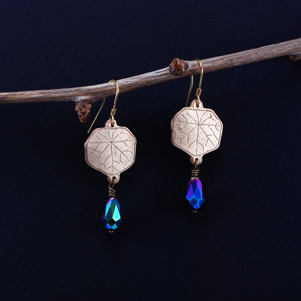 Nasturtium leaf earrings made of bronze with tear shape beads in benzine colour - WingsAndStings