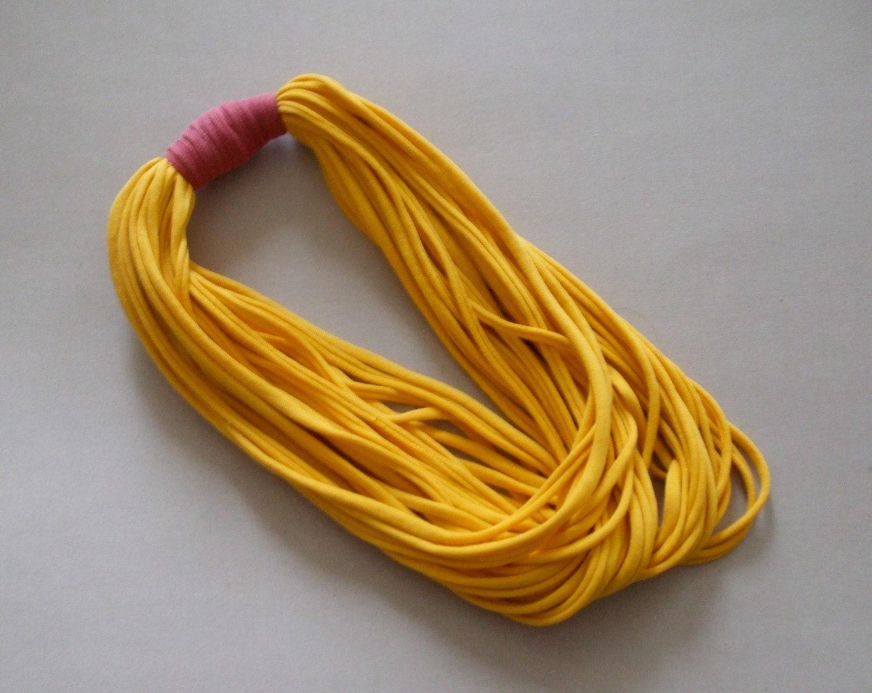 T-shirt Colar - Colar amarelo e rosa - Amarelo Energia Solar - Colar de tecido - Jóias Tecido - T-shirt de acessórios