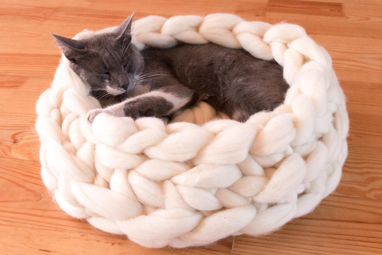 Лежанки для кошки из свитера своими руками