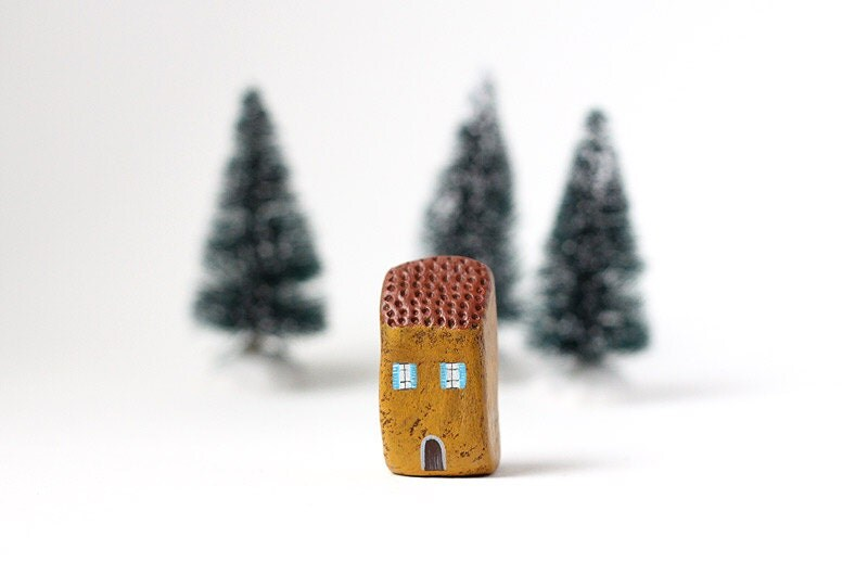 Little Italian clay house - Ochre house with brown roof and blue shutters - rodica
