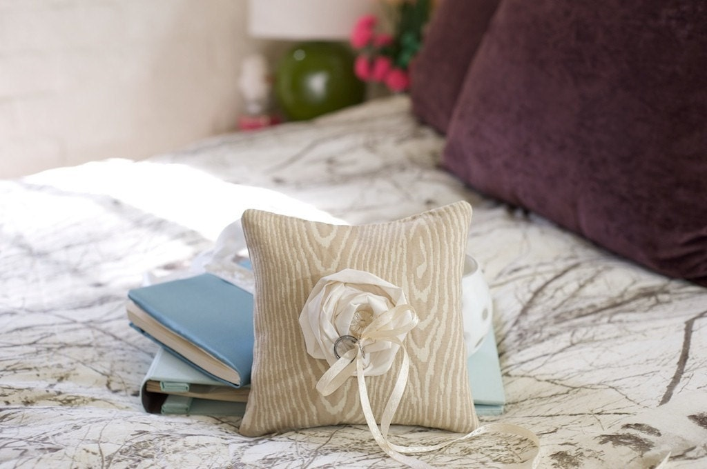 Лесной обручальное кольцо предъявителя подушку