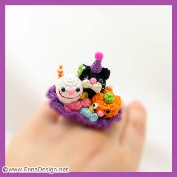 Amigurumi Kitty Ring Holder : Miniature Amigurumi Jewelry Halloween Party Ring by ennadesign