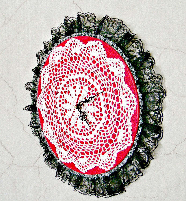 настенные часы, украшенные вязаной салфеткой и кружевом