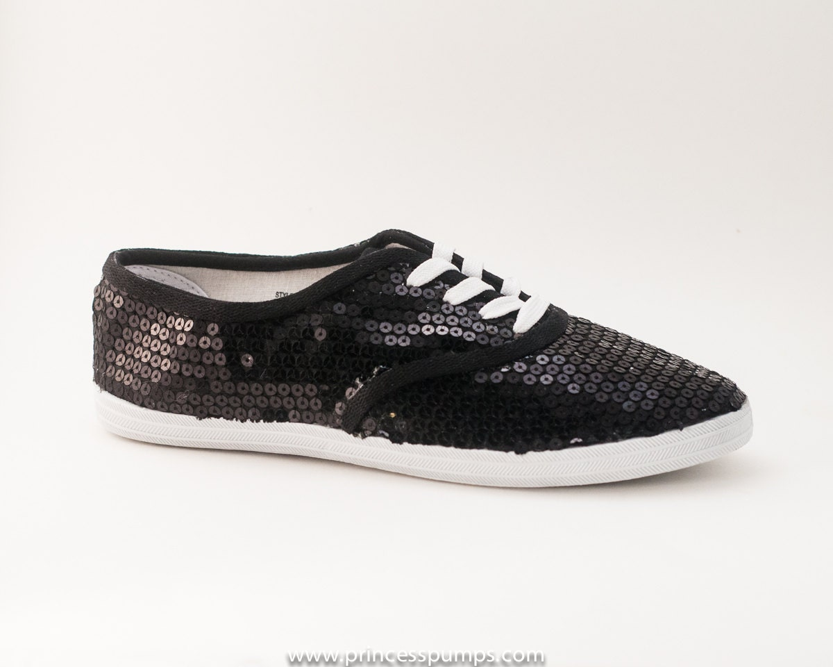 Take the stage in hip-hop sneakers, boots and sequin dance shoes. These comfortable and stylish shoes are perfect for hip-hop performances and dance practice.