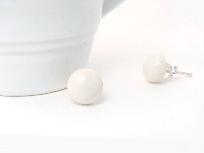 Earrings studs . Ivory Fused Glass Earrings Studs - envidrio