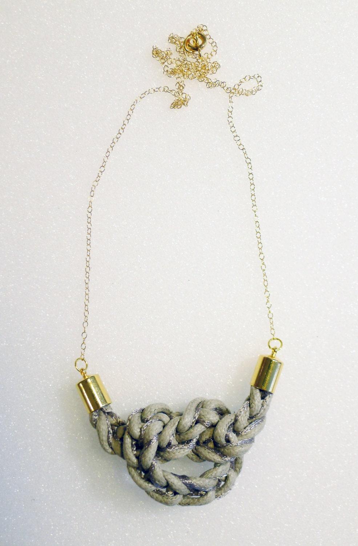 """Collier """"Navy"""" coton ciré gris chaud, fil gris sur chaine plaquée or"""