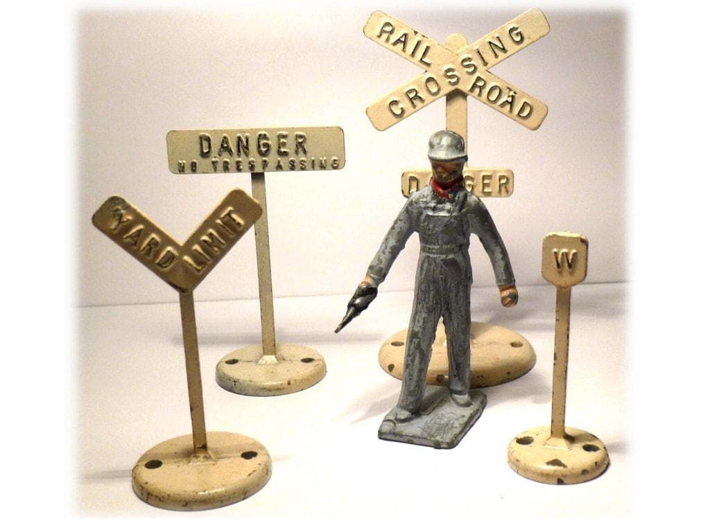 1930s Lincoln Logs Lead Rail Man Figure. Also 4 Lead Train Signs for Model Railroad Trains. - decotini