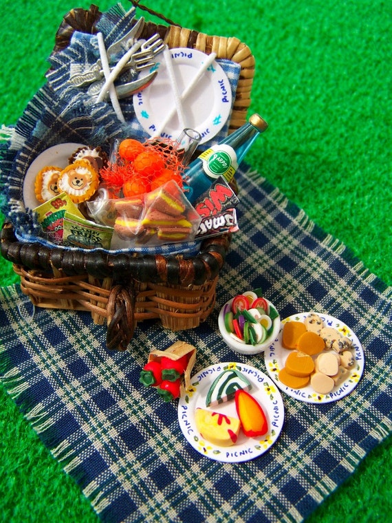 DOLLS HOUSE MINIATURES - PICNIC BASKET SET
