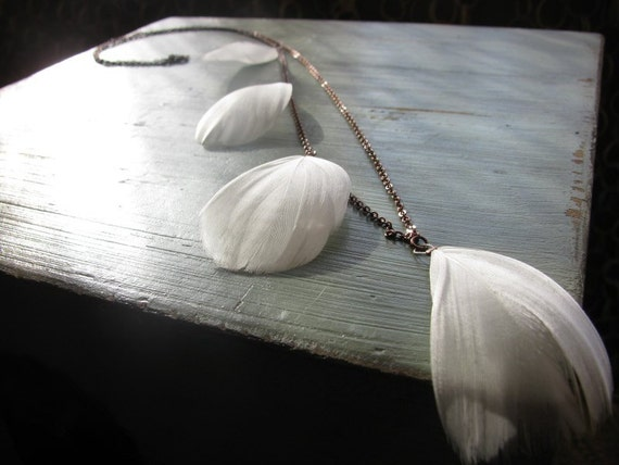 White, asymmetric feather necklace - Silencio
