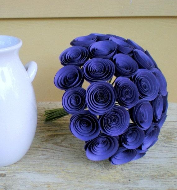 Я очень люблю спиральные бумажные цветы.  Делать их очень просто, а если подобрать интересный цвет и фактуру бумаги...