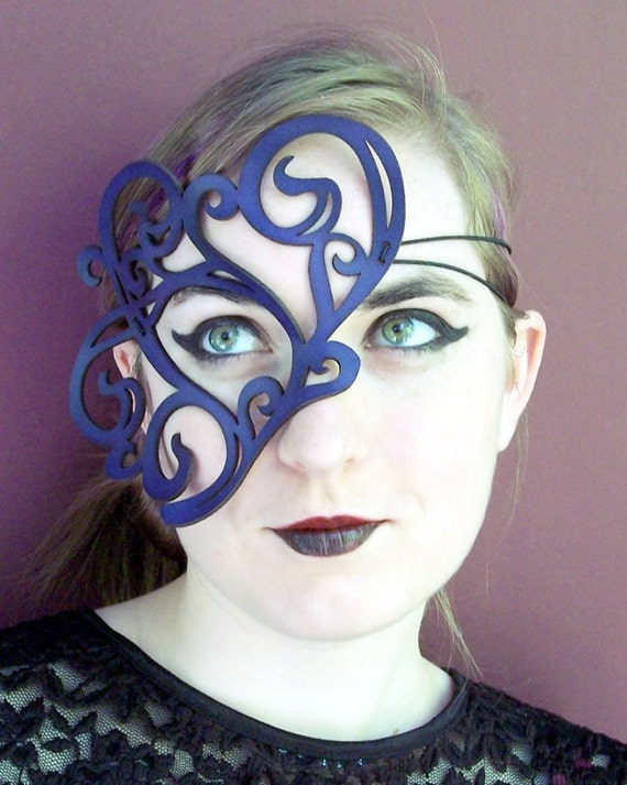 Whirly leather mask in violet
