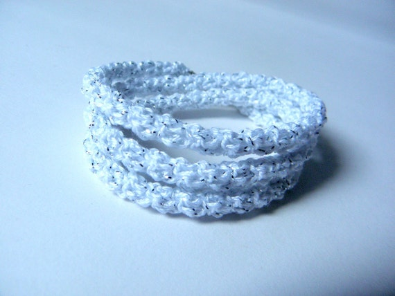 Crochet bracelet made of white cotton and silver metal wire