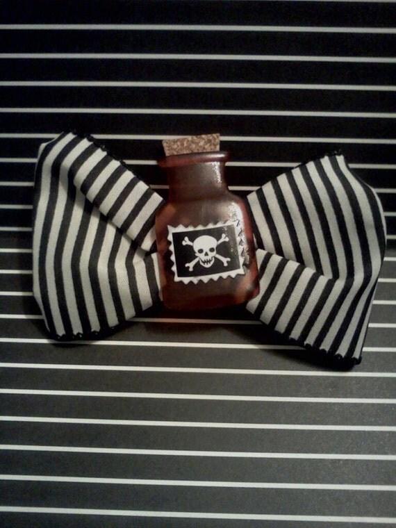 Poison bow hair clip
