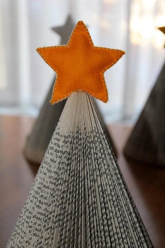Рождественская елка - сложенном Upcycled книгу с желтой звездой чувствовали