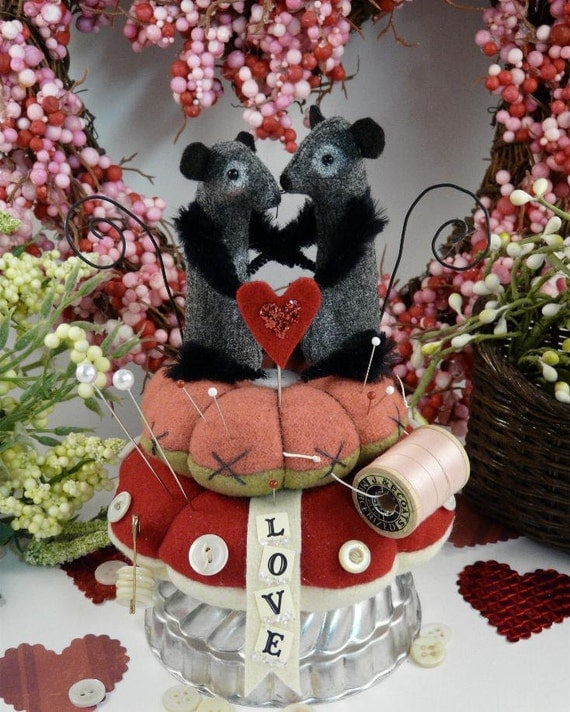 Prim wool  Mice Pinkeep E pattern -  valentine mouse pin cushion wool fabric pdf  primitive sewing notion keep banner pins