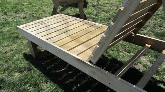 Chaise Lounge al aire libre, hecho en Maine de paletas de madera 100% reciclados